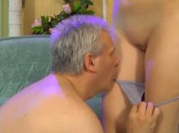 Un abuelo adicto al incesto real se folla a su nieta petarda